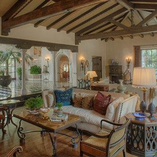 Idee per un ampio soggiorno tradizionale aperto con sala formale, pareti bianche e pavimento in legno massello medio