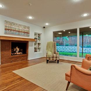 ダラスの大きいミッドセンチュリースタイルのおしゃれなLDK (フォーマル、白い壁、竹フローリング、標準型暖炉、レンガの暖炉まわり、テレビなし) の写真