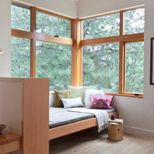 Cette image montre un salon design de taille moyenne et ouvert avec un sol en bois clair, une salle de réception, un mur blanc, une cheminée standard, un manteau de cheminée en carrelage, aucun téléviseur et un sol marron.