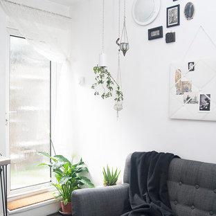 Ispirazione per un piccolo soggiorno boho chic aperto con pareti bianche, pavimento con piastrelle in ceramica, nessuna TV, pavimento nero e nessun camino