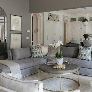 Idée de décoration pour un salon tradition ouvert avec un mur gris, moquette et un sol gris.
