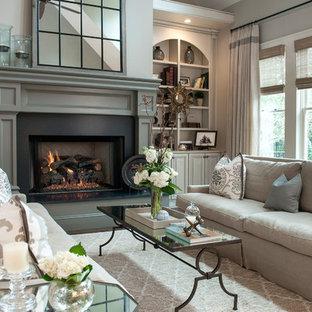 Repräsentatives, Fernseherloses, Großes, Abgetrenntes Klassisches Wohnzimmer mit grauer Wandfarbe, Kamin, dunklem Holzboden, Kaminumrandung aus Metall und braunem Boden in Atlanta