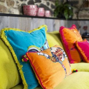 Ispirazione per un piccolo soggiorno minimal chiuso con pareti beige, pavimento in ardesia, camino ad angolo, cornice del camino in metallo e pavimento grigio