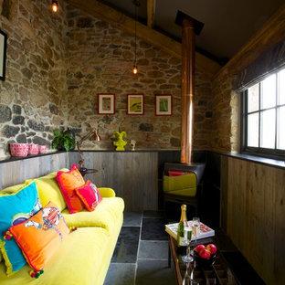 Esempio di un soggiorno eclettico con stufa a legna