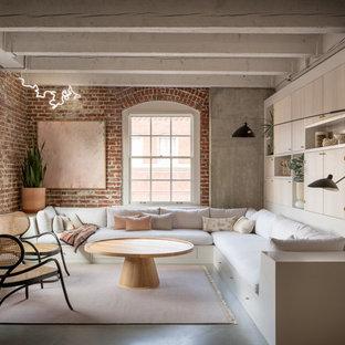 Industriell inredning av ett vardagsrum, med betonggolv