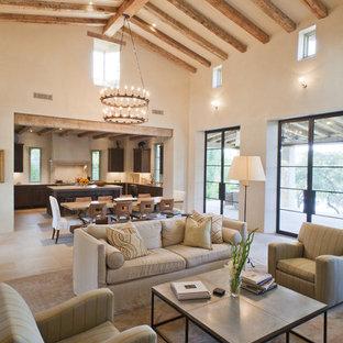 Offenes Mediterranes Wohnzimmer mit beiger Wandfarbe in Austin