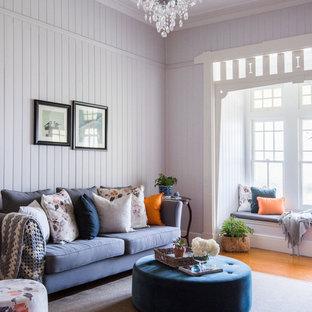 Diseño de salón para visitas cerrado, clásico, grande, con paredes púrpuras y suelo de madera en tonos medios