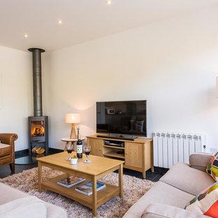 Idéer för att renovera ett funkis vardagsrum, med vita väggar, en öppen vedspis och en fristående TV