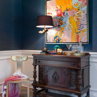 Foto på ett litet vintage allrum med öppen planlösning, med ett musikrum, blå väggar och mellanmörkt trägolv