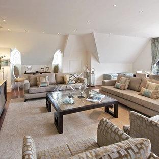 На фото: парадные, открытые гостиные комнаты в современном стиле с белыми стенами и телевизором на стене
