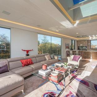 Immagine di un ampio soggiorno aperto con pareti beige, parquet chiaro, camino sospeso, cornice del camino in intonaco, TV nascosta e pavimento marrone