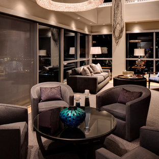 Ispirazione per un grande soggiorno tradizionale stile loft con sala formale, pareti beige, parquet chiaro e nessuna TV