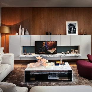 Immagine di un grande soggiorno design con pareti bianche, pavimento in legno massello medio e TV autoportante