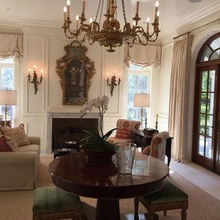 ダラスの中サイズのヴィクトリアン調のおしゃれな独立型リビング (フォーマル、白い壁、トラバーチンの床、標準型暖炉、石材の暖炉まわり、テレビなし、ベージュの床) の写真