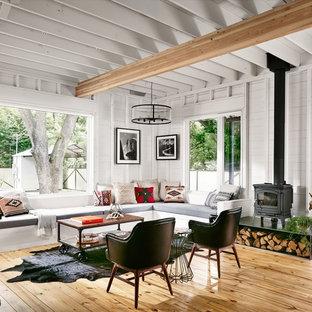 Foto de salón abierto, de estilo de casa de campo, pequeño, con estufa de leña, paredes blancas y suelo de madera clara