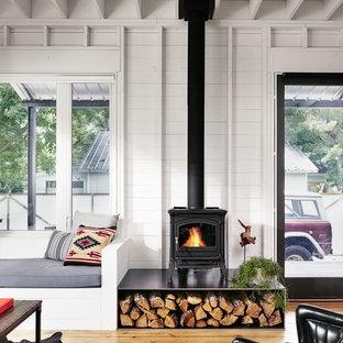 Imagen de salón abierto, de estilo de casa de campo, pequeño, con estufa de leña