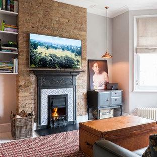 Diseño de salón para visitas cerrado, clásico renovado, grande, con paredes grises, suelo de madera pintada, chimenea tradicional, marco de chimenea de baldosas y/o azulejos y televisor colgado en la pared