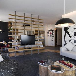 Immagine di un soggiorno moderno con pareti bianche e TV a parete