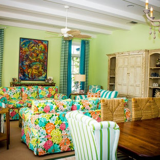 マイアミの大きいトロピカルスタイルのおしゃれなLDK (フォーマル、緑の壁、淡色無垢フローリング、暖炉なし、内蔵型テレビ) の写真