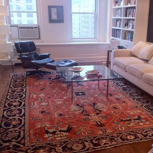 Idee per un soggiorno chic di medie dimensioni e chiuso con sala formale, pareti bianche, pavimento in legno massello medio, nessun camino e nessuna TV