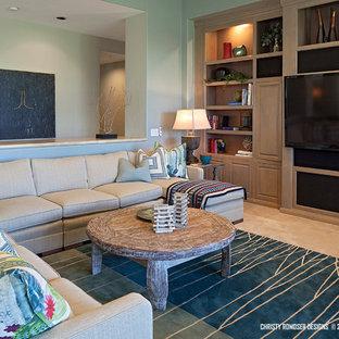 中サイズのビーチスタイルのおしゃれな独立型リビング (フォーマル、白い壁、トラバーチンの床、暖炉なし、壁掛け型テレビ) の写真