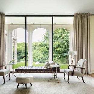 Immagine di un ampio soggiorno design aperto con sala formale, pareti bianche, pavimento in legno massello medio e nessuna TV