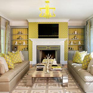Idee per un grande soggiorno design chiuso con sala formale, pareti beige, parquet chiaro, camino classico, TV a parete e cornice del camino piastrellata