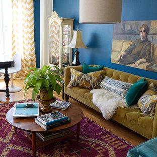 Imagen de salón abierto, ecléctico, pequeño, con paredes azules