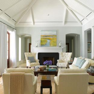 Modelo de salón clásico con paredes grises y chimenea tradicional