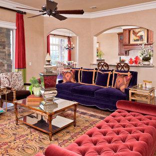 Modelo de salón tradicional con paredes beige y suelo de madera oscura