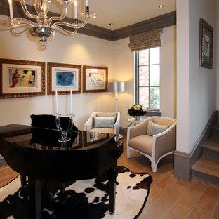 Foto di un soggiorno tradizionale di medie dimensioni e stile loft con sala della musica, pareti gialle e pavimento in legno massello medio