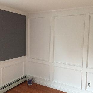 ニューヨークのトラディショナルスタイルのおしゃれなリビング (マルチカラーの壁、無垢フローリング、茶色い床) の写真