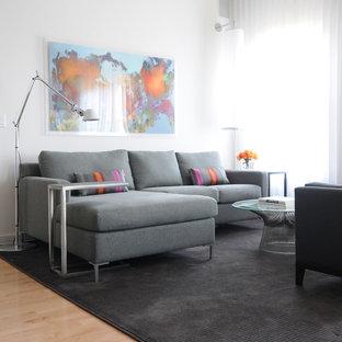 Ejemplo de salón para visitas abierto, contemporáneo, pequeño, sin chimenea y televisor, con paredes blancas, suelo de madera clara y suelo marrón