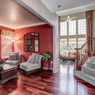ワシントンD.C.の小さいコンテンポラリースタイルのおしゃれなリビング (赤い壁、無垢フローリング) の写真