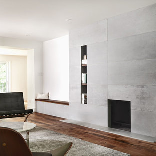 Offenes, Mittelgroßes, Repräsentatives, Fernseherloses Modernes Wohnzimmer mit weißer Wandfarbe, dunklem Holzboden, Hängekamin, Kaminumrandung aus Beton und braunem Boden in Toronto