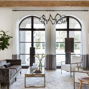 Imagen de salón para visitas mediterráneo con paredes blancas, chimenea tradicional, marco de chimenea de piedra y suelo beige