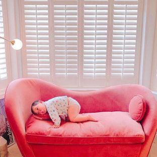 Esempio di un soggiorno design di medie dimensioni e aperto con pareti grigie, parquet chiaro, camino bifacciale, cornice del camino in legno e TV autoportante