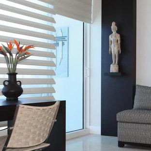 Ispirazione per un soggiorno etnico con sala formale, pareti bianche, pavimento in gres porcellanato e pavimento bianco