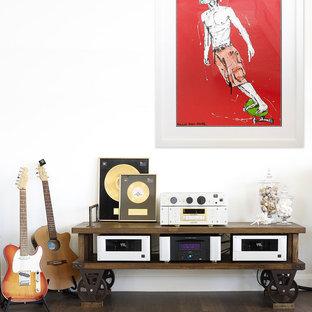 Diseño de salón con rincón musical abierto, contemporáneo, de tamaño medio, sin chimenea, con paredes blancas y suelo de madera en tonos medios