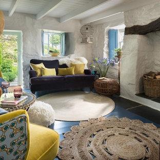 Modelo de salón cerrado, bohemio, pequeño, con paredes blancas, suelo de linóleo, estufa de leña, marco de chimenea de ladrillo y suelo azul