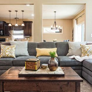 Esempio di un soggiorno chic di medie dimensioni e aperto con pareti beige, moquette, camino ad angolo, cornice del camino piastrellata, TV autoportante e pavimento beige