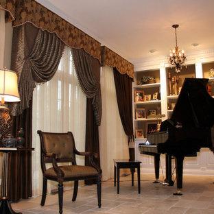 Ispirazione per un soggiorno tradizionale di medie dimensioni con sala della musica, pareti beige e pavimento in travertino