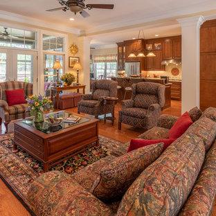 Exempel på ett stort klassiskt allrum med öppen planlösning, med beige väggar, mellanmörkt trägolv, brunt golv, en standard öppen spis och en spiselkrans i trä
