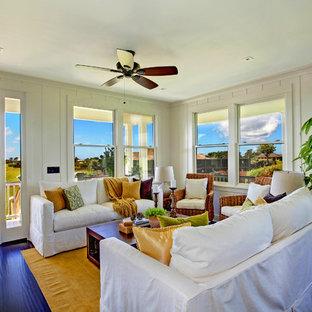 ハワイの中サイズのビーチスタイルのおしゃれなLDK (白い壁、竹フローリング、暖炉なし、テレビなし、黒い床) の写真