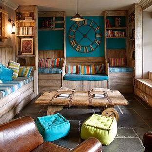 他の地域の中サイズのラスティックスタイルのおしゃれなリビング (スレートの床、青い壁、グレーの床) の写真