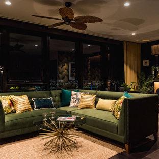 Foto di un soggiorno tropicale di medie dimensioni e aperto con angolo bar, pareti nere, parquet scuro, TV autoportante e pavimento marrone