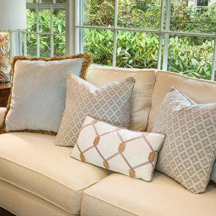 Esempio di un soggiorno classico di medie dimensioni e chiuso con sala formale, pareti beige, parquet scuro, camino classico, cornice del camino in legno, nessuna TV e pavimento marrone