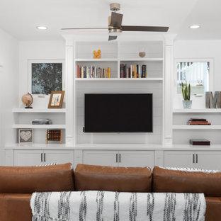 サンディエゴの巨大なコンテンポラリースタイルのおしゃれなLDK (白い壁、無垢フローリング、埋込式メディアウォール、茶色い床) の写真