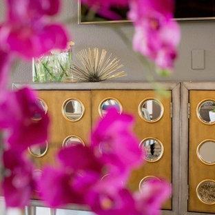他の地域の中くらいのコンテンポラリースタイルのおしゃれなLDK (グレーの壁、壁掛け型テレビ、フォーマル、トラバーチンの床、コーナー設置型暖炉、タイルの暖炉まわり、ベージュの床) の写真