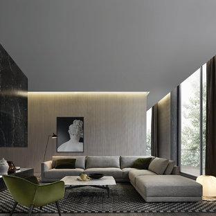 Ejemplo de salón abierto, contemporáneo, grande, con paredes beige y suelo de madera en tonos medios